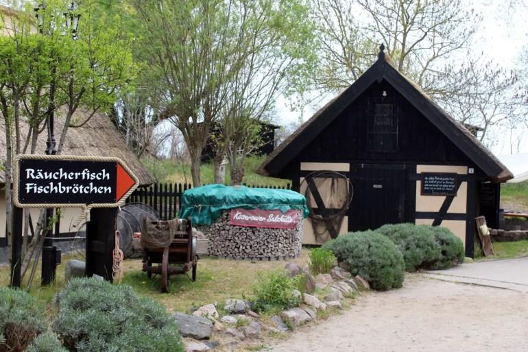 Sehenswert: das Ensemble der alten Salzhütten in Koserow