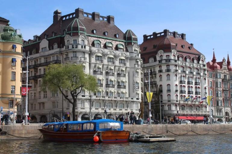 Prächtige Häuser säumen den Bouldevard Skeppsholmsbron
