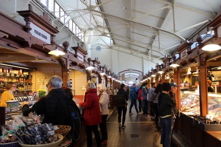 In der Markthalle gibt's finnische Spezialitäten aus Rentier und frischen Fisch