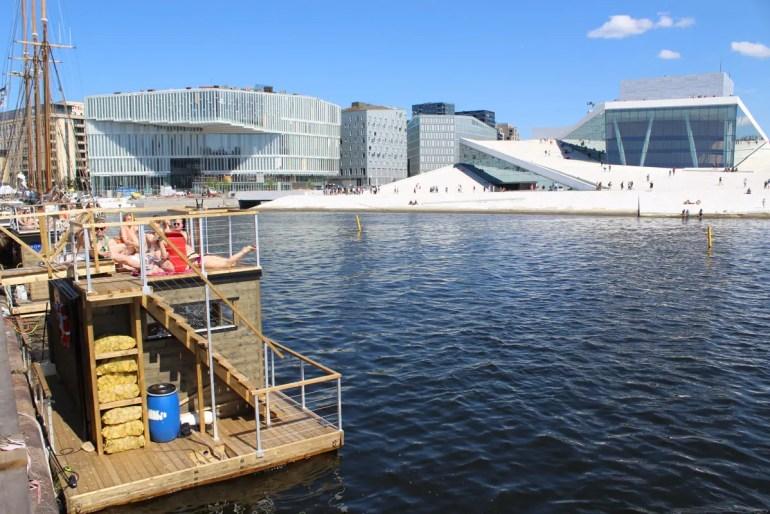 Lässig: die Hausboot Sauna Kok mit Blick auf die Oper