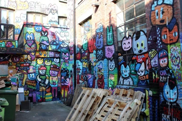 Bunte Streetart im Hinterhof in Vulkan