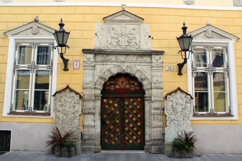 Der Eingang zum Schwarzhäupterhaus zählt zu prächtigen Türen in Tallinns Altstadt