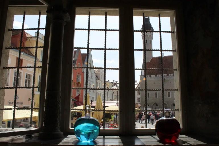Aus der Apotheke hast du einen tollen Blick auf Tallinns Rathausplatz