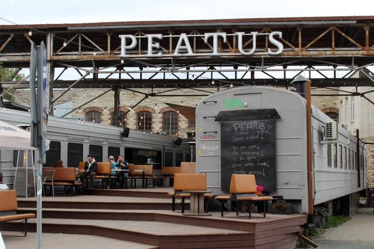 Im Peatus dienen ausrangierte Bahnwaggons als Restaurant