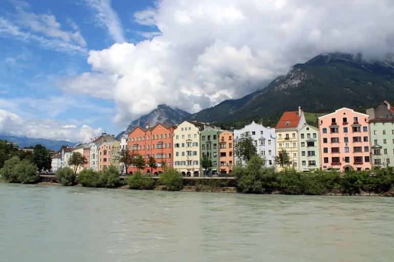 Innsbrucks berühmte Ansicht: die bunten Häuser am Inn