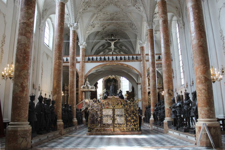 Hingucker in der Hofkirche ist der Sarkopharg für Kaiser Maximilian