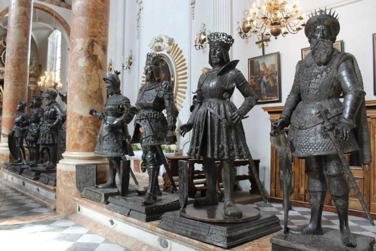 Die schwarzen Figuren bewachen den Sarkopharg