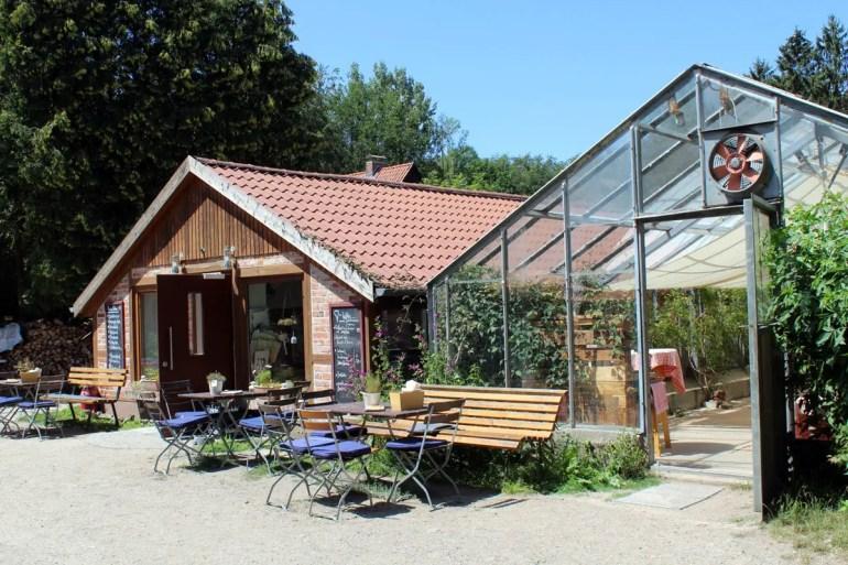 Eine schöne Location für warme Sommertage: das Gartencafé im Schloss Wiligrad