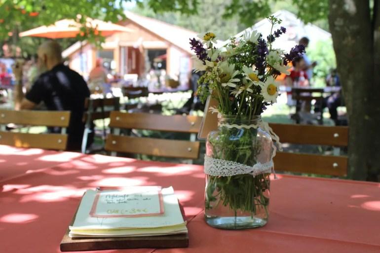Im Garten unter Bäumen sitzt du im Gartencafé Wiligrad
