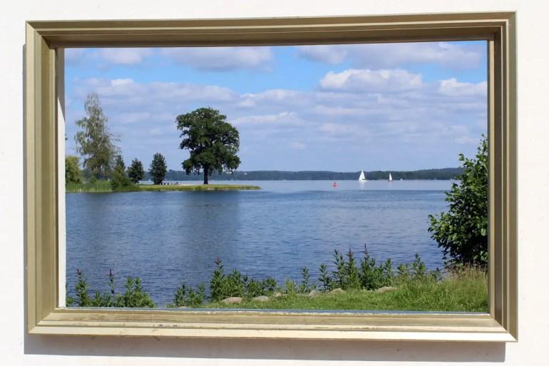 Durchblicke gewährt der Rahmen von Kamil Kuskowski am Seeufer