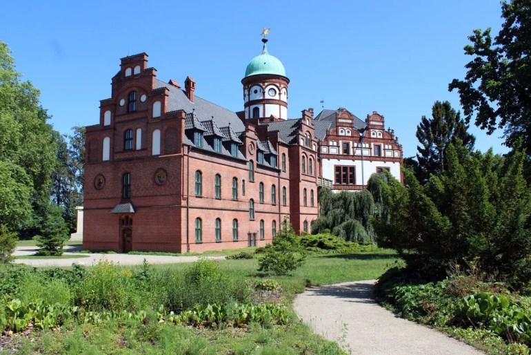Schloss Wiligrad liegt etwas außerhalb direkt am Schweriner See