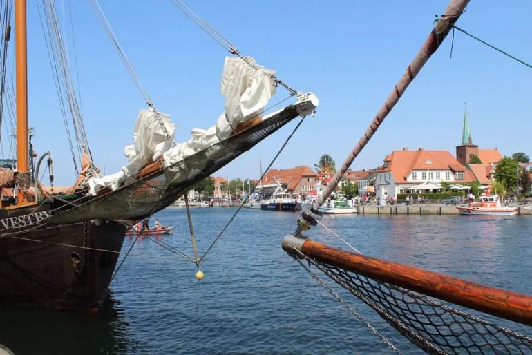 Im Hafen von Neustadt in Holstein liegen auch zahlreiche Traditionsschiffe