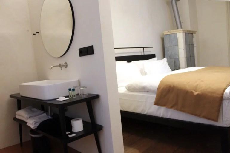 Gemütlich mit Kamin: das Schlafzimmer der Suite Spisser