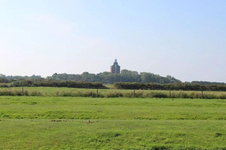 Weite Wiesen und der Leuchtturm - ein typisches Bild auf Neuwerk