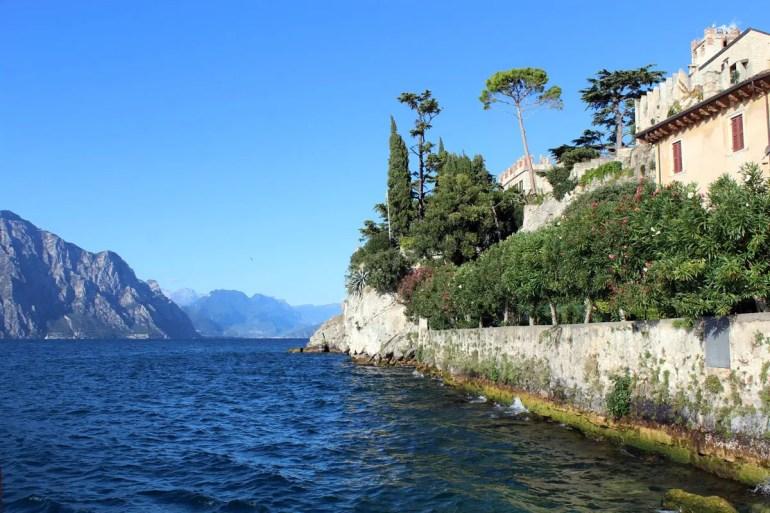 Mediterrane Gärten und steile Felsen in Malcesine