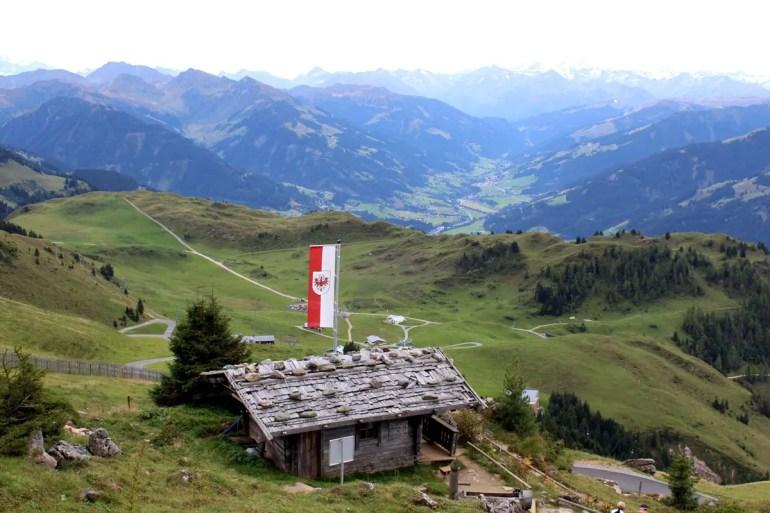 Über die Hütte öffnet sich der Blick ins Tal
