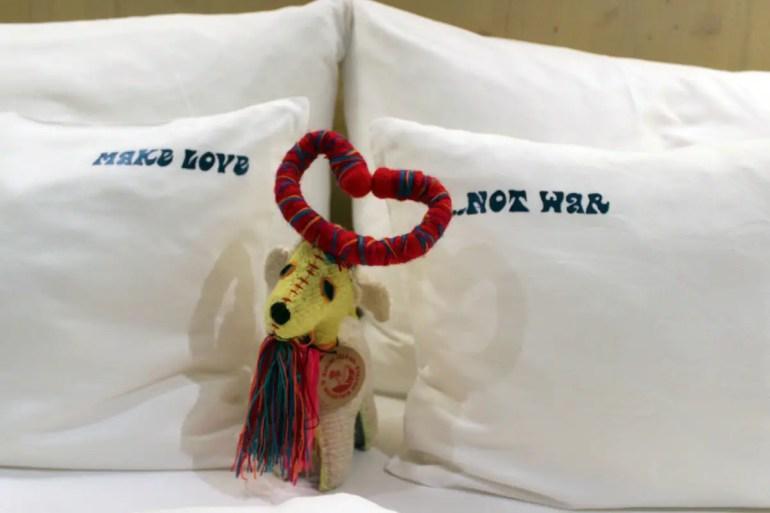 Kissen mit Botschaft: Make love - not war