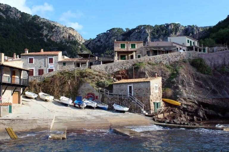 Versteckt in den Bergen: der Hafen von Port de Valldemossa