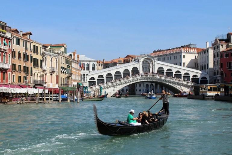 Ein Gondelfahrer unweit der Rialtobrücke am Canale Grande