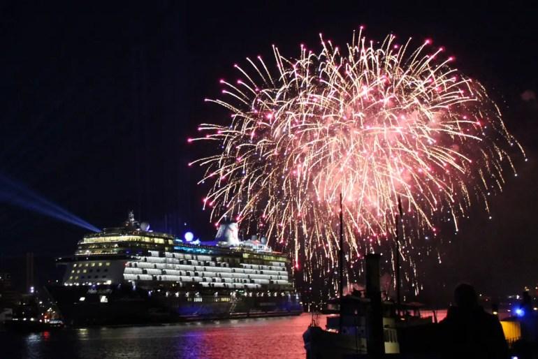 Ganz so schön wie zur Schiffstaufe ist das Feuerwerk im Hamburger Hafen zu Silvester nicht