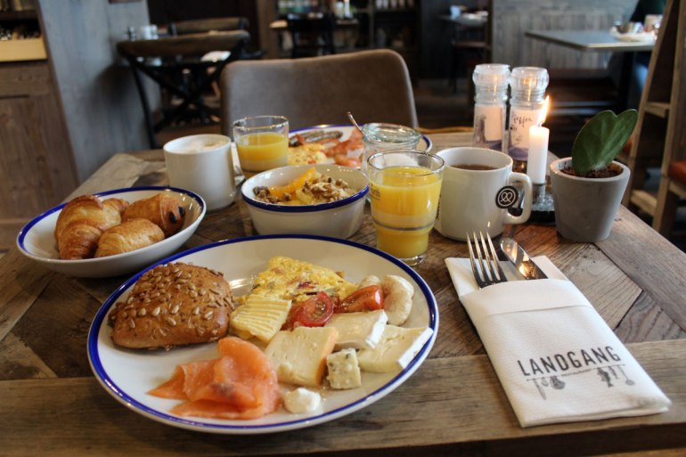 Im Restaurant Landgang gibt es ein reichhaltiges Frühstück