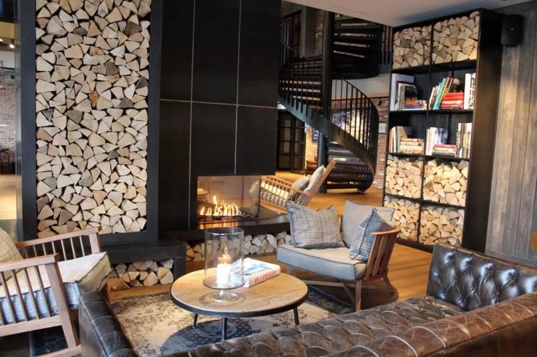 Im Winter der perfekte Ort: der Kamin in der Lobby