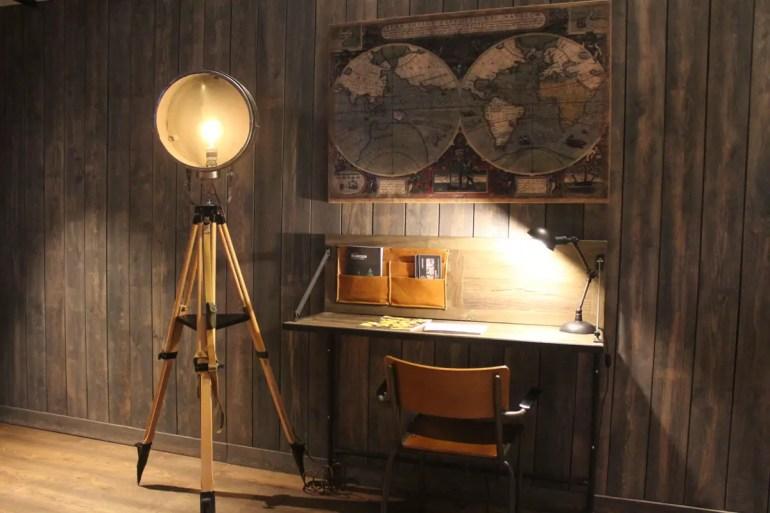 Schreibtisch mit Weltkarte in der Lobby