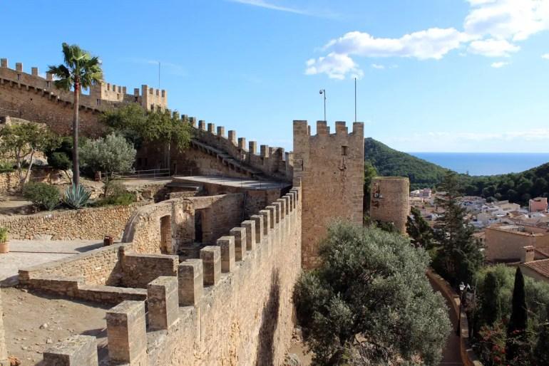 Die mittelalterliche Burganlage überragt das Städtchen Capdepera.