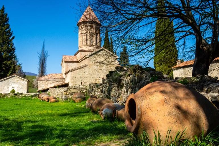 Die Amphoren im Klostergarten von Ikalto (Foto: Holiday Golightly)