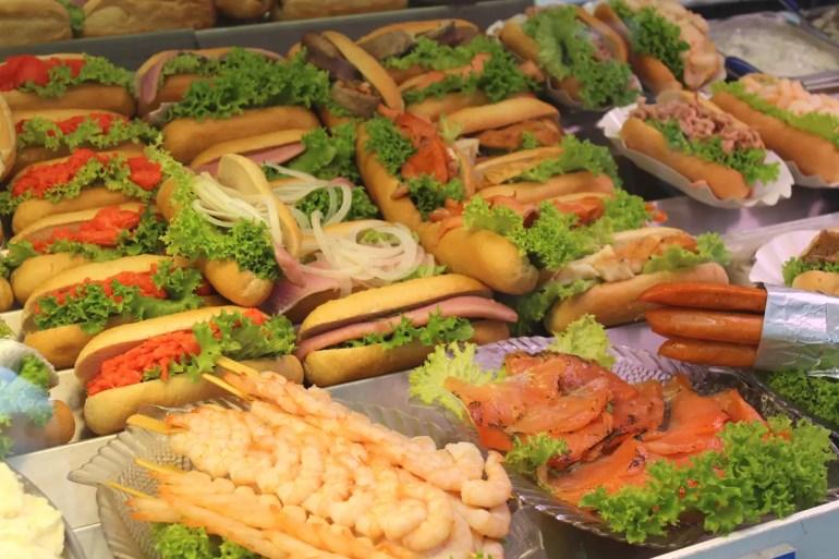 Fischbrötchen auf dem Fischmarkt in Warnemünde