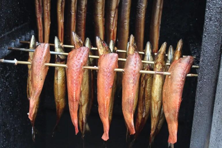 Auf dem Warnemünder Fischmarkt gibt es frisch geräucherten Fisch