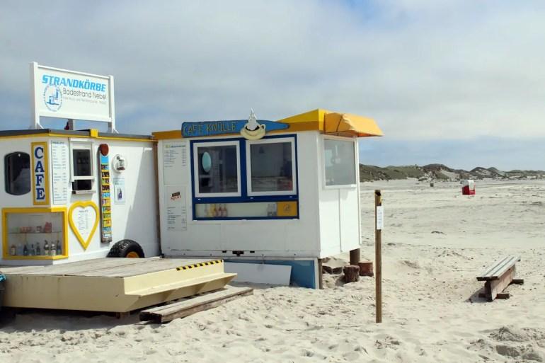 Direkt am Strand liegt das Café Knülle