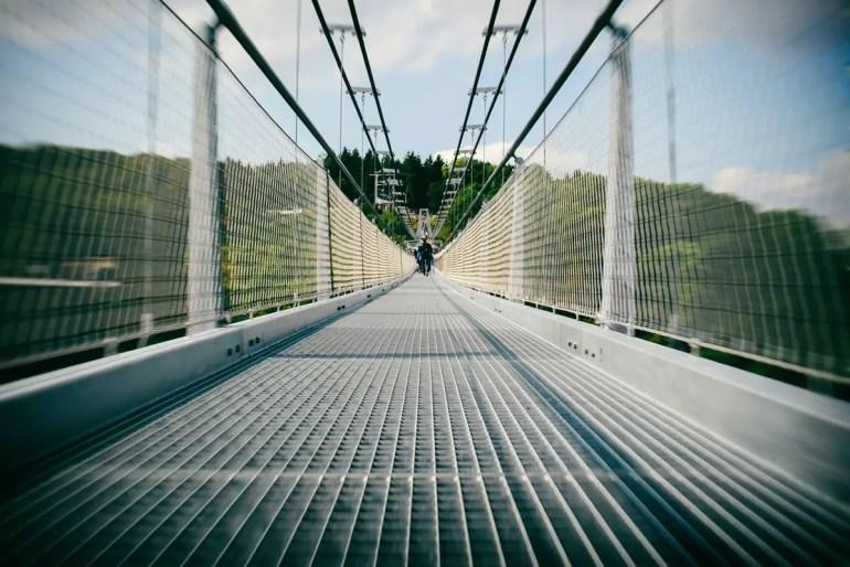 Nervenkitzel im Harz auf der Hängebrücke Titan RT (Credit: Unsplash | Philipp Deus)