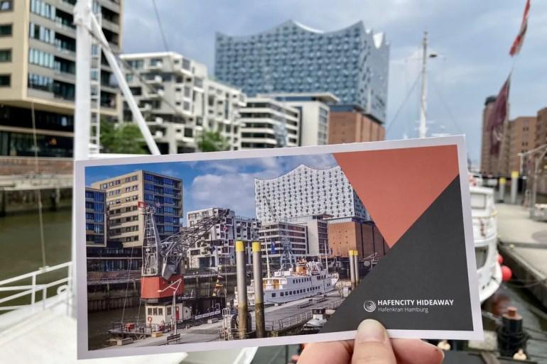 Der Hafenkran Hamburg bietet freien Blick auf die Elbphilharmonie