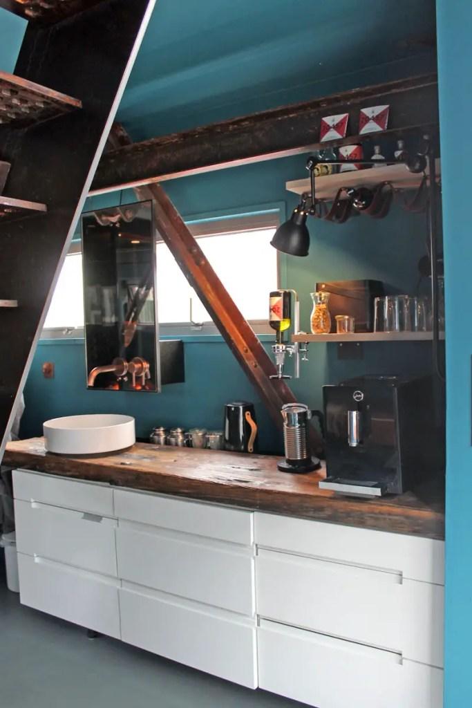Geschickt kombiniert sind Bad und Küche