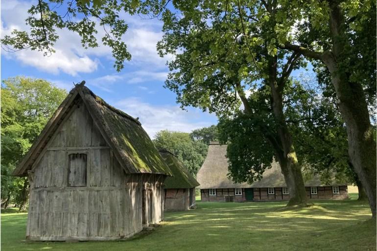 In Wilsede stehen noch viele hübsche alte Heidehöfe