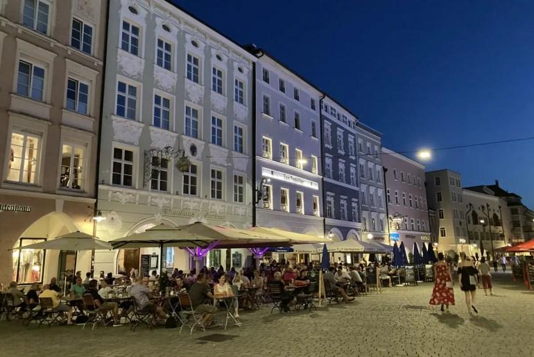 Fast wie in Italien: Abendstimmung am Max-Josefs-Platz in Rosenheim