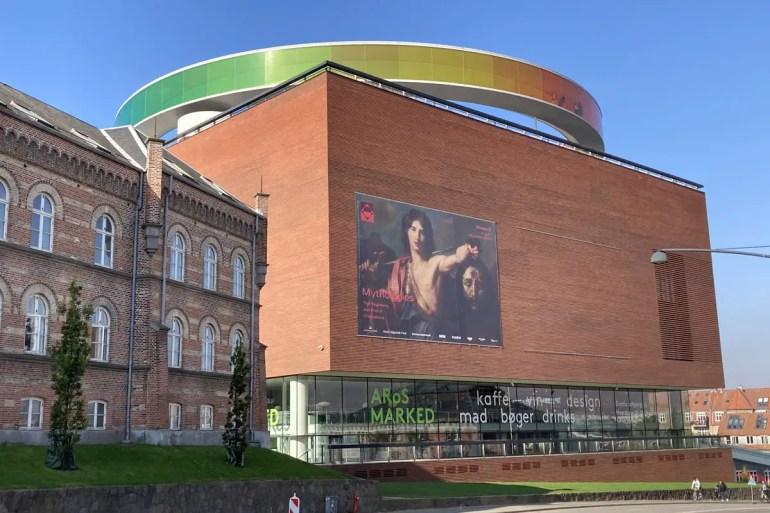 Die markante Regenbogen Konstruktion auf dem Dach vom ARoS Kunstmuseum ist in der ganzen Stadt sichtbar