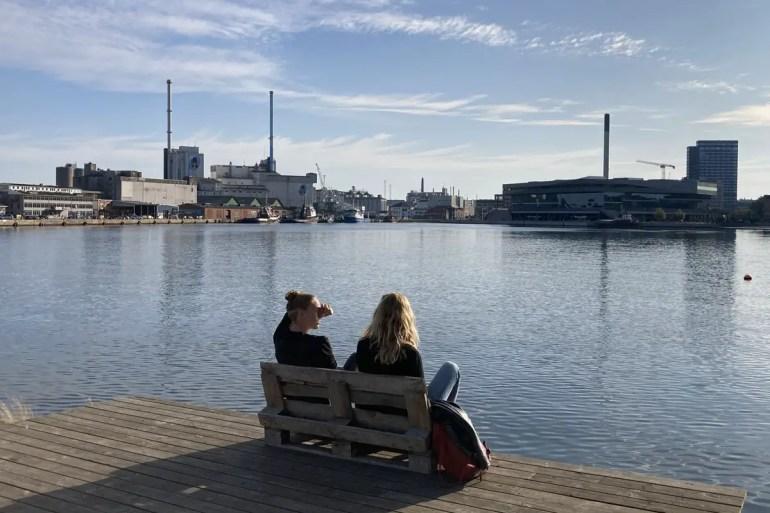 In der Sonne sitzen mit Blick auf den Hafen von Aarhus