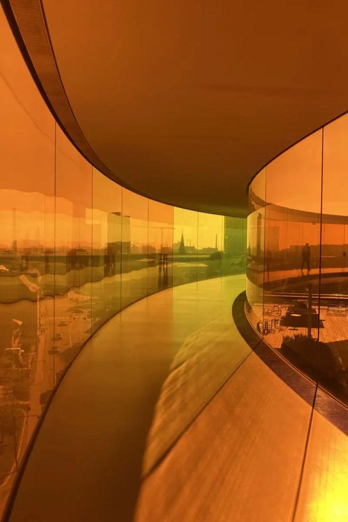 Durch die orange-gelbe Scheibe auf die Stadt schauen im ARoS