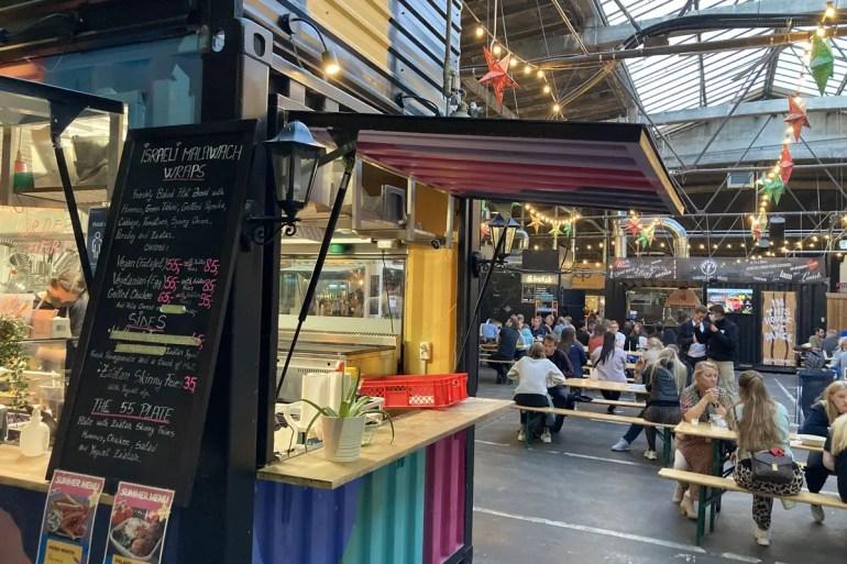 In einer ehemaligen Busgarage findest du in Aarhus heute cooles Street Food