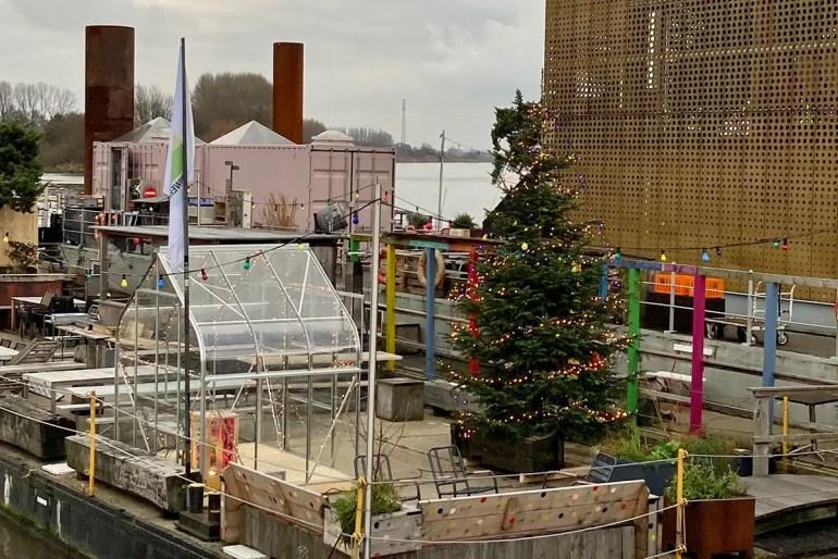 Auch das Café Entenwerder 1 ist weihnachtlich geschmückt