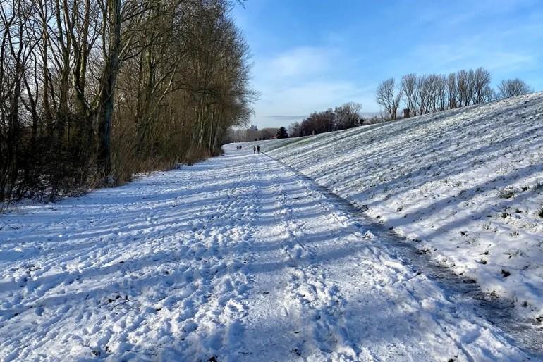 Im Winter sind in Hamburg auch die Deiche eingeschneit