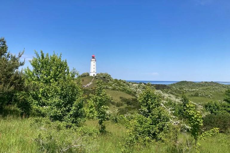 Hoch im Norden steht mit dem Leuchtturm Dornbusch eine der bekanntesten Sehenswürdigkeiten von Hiddensee
