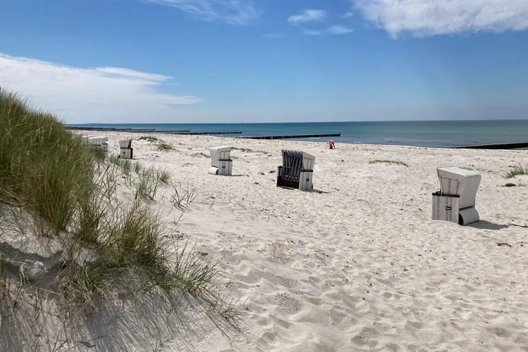Endloser weißer Sand am Strand von Vitte
