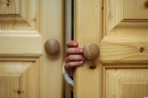 AYRYW1 Hand of a child opening a cupboard door