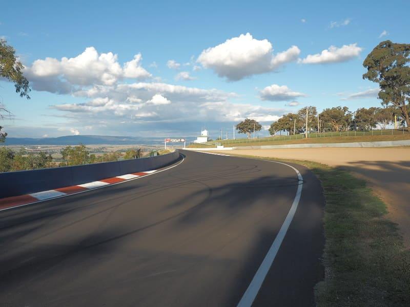 Le Mount Panorama Circuit, en Australie, vous proposera des vues à couper le souffle, mais également de rouler sur un circuit automobile mythique...