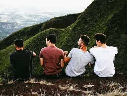 partir en vacances entre amis pas cher - paysage amis assis