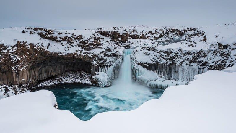 sentiers motoneige - Islande neige et chute d'eau glacée
