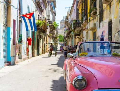 que faire à cuba - ville de cuba avec voiture et drapeau